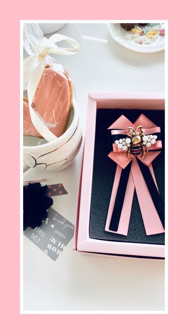 Różowa broszka glamour